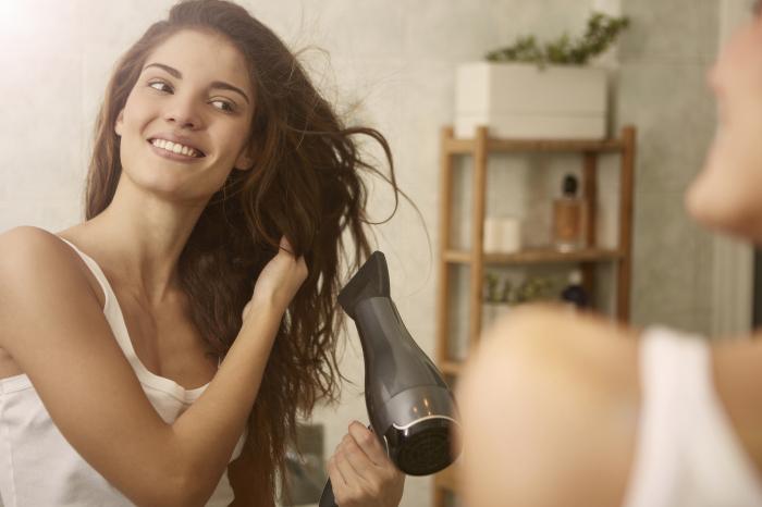 Нежелательно сушить волосы горячим воздухом. / Фото: news.noteru.com