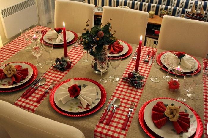 В сервировке новогоднего стола должен присутствовать красный цвет. / Фото: svadba1000.ru