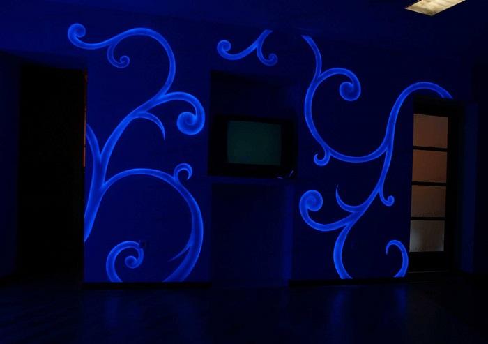 Узоры получаются с помощью светящегося лака. / Фото: stroy-podskazka.ru