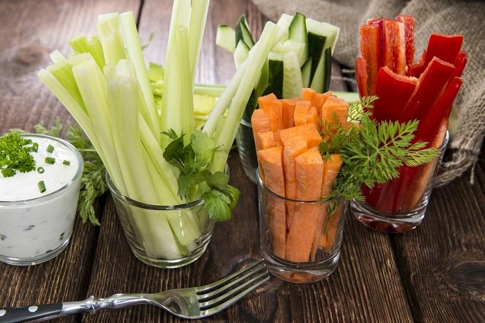 Хрустящие овощи часто подают в стаканах. / Фото: ninetrends.ru