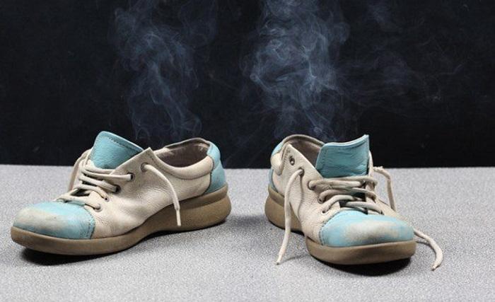 Неприятный запах из обуви нейтрализуется путем заморозки. / Фото: svnovosti.ru