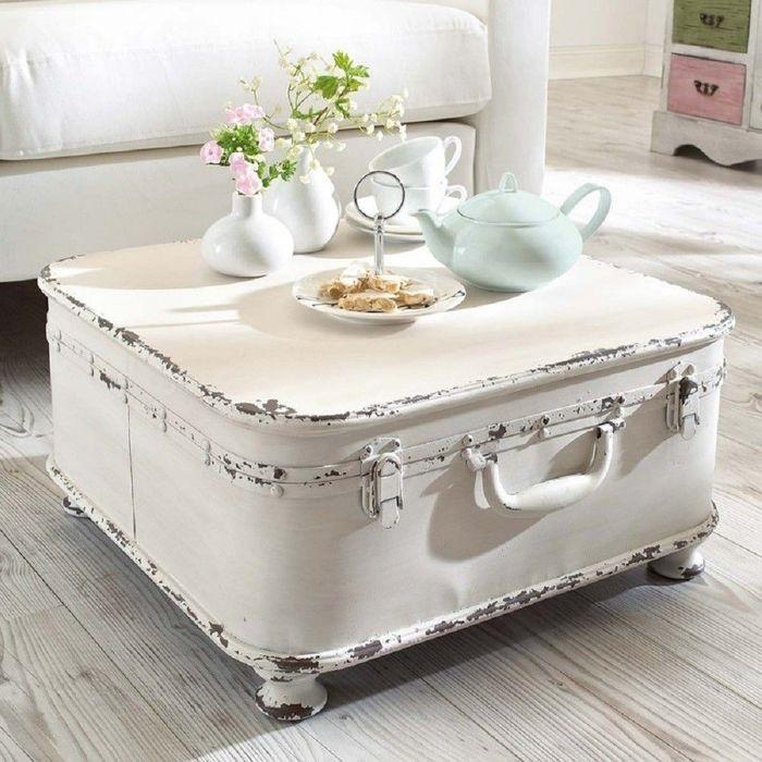 Из чемодана можно сделать красивый винтажный столик. / Фото: takprosto.cc