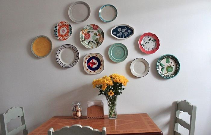 Тарелками можно украсить обеденную зону. / Фото: moukhin.ru