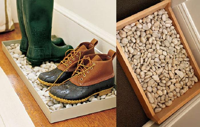 Поставьте для обуви лоток с галькой. / Фото: tass-sib.ru
