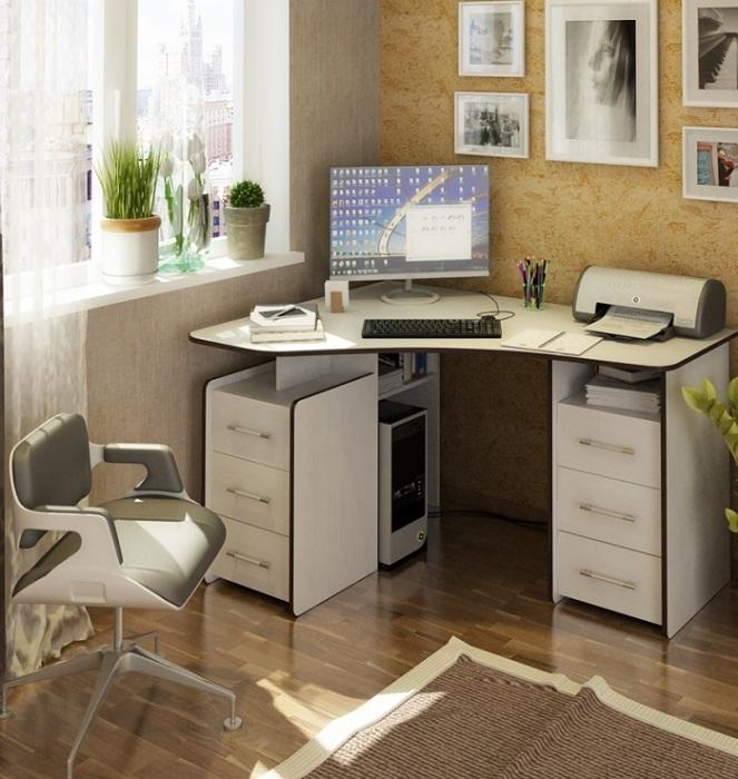 Угол рядом с окном можно использовать для организации рабочей зоны. / Фото: technohit.ru