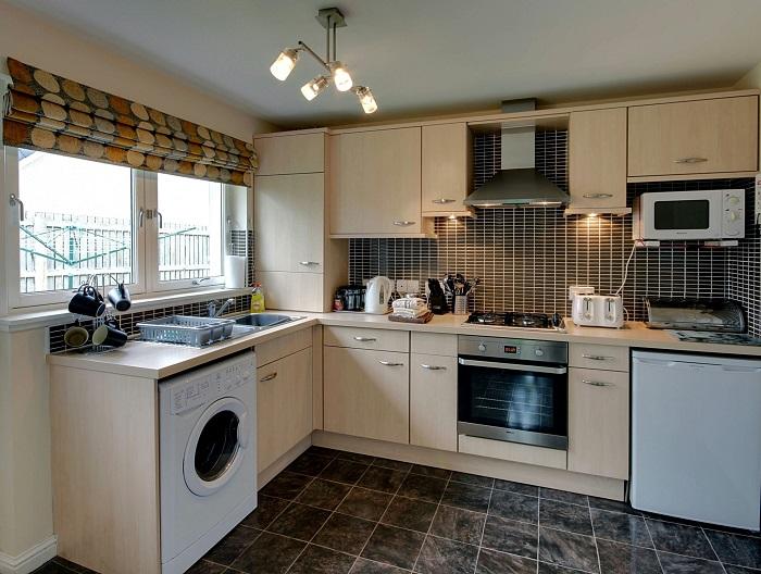 Когда на кухне много техники, можно использовать ее вместо плиты. / Фото: roomester.ru