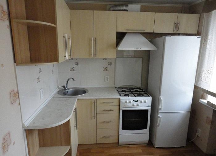 Плита, расположенная рядом с холодильником, мешает ему нормально охлаждаться. / Фото: tehznatok.com