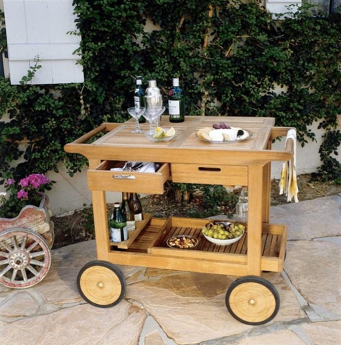 Деревянная тележка может послужить барной стойкой. / Фото: interest.ru
