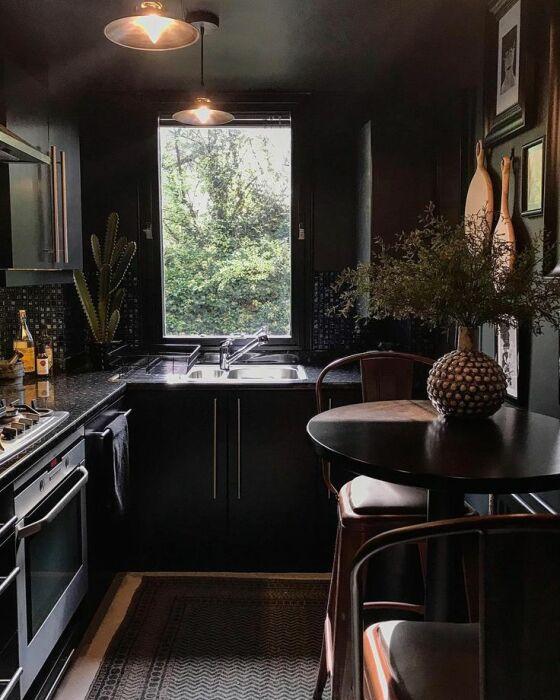 Темная маленькая кухня превращается в чулан. / Фото: stroydesign24.ru