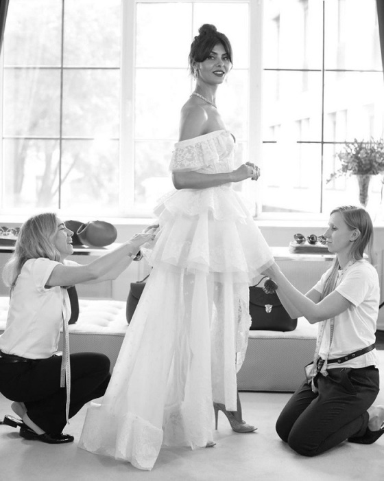 Надежда Оболенцева в свадебном платье-трансформере со шлейфом. / Фото: tgline.me