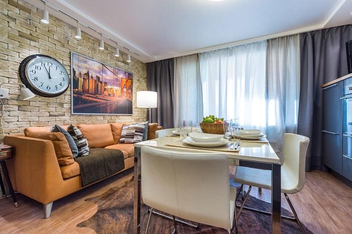 Между столом, диваном и кухонным гарнитуром должен быть широкий проход. / Фото: thepluripotent.com