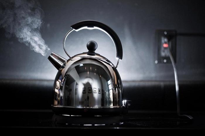 Кипяток является эффективным способом борьбы с засорами и неприятным запахом. / Фото: thesun.co.uk