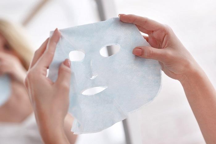 Повторное использование тканевых масок может привести к проблемам с кожей. / Фото: livemaster.ru