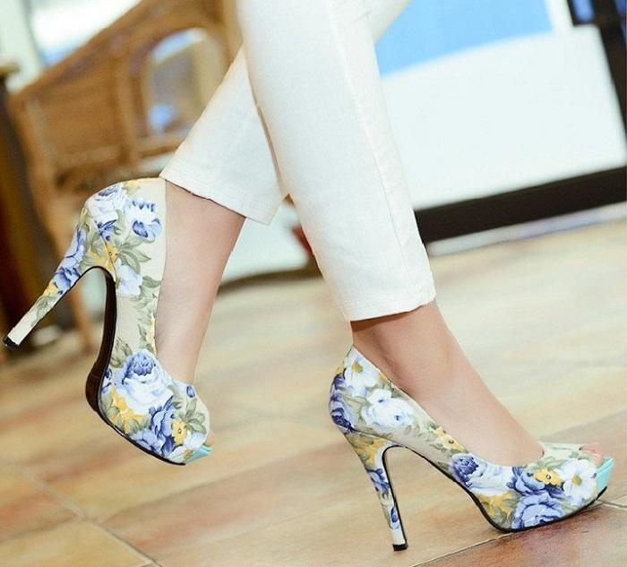 Яркие цветочные туфли в сочетании с белыми брюками смотрятся очень красиво. / Фото: topxstyle.ru