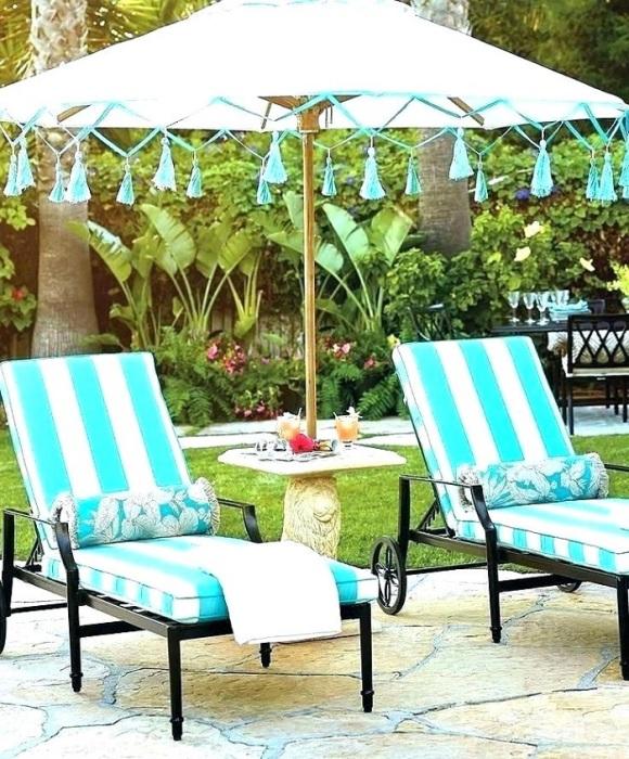 На шезлонгах можно отдыхать и наслаждаться солнцем. / Фото: transcarrental.co