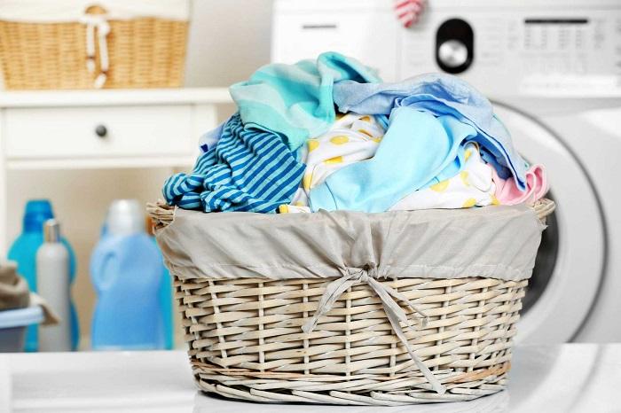 Бросайте вымазанную вещь не в корзину, а сразу в стиральную машину. / Фото: trendymen.ru