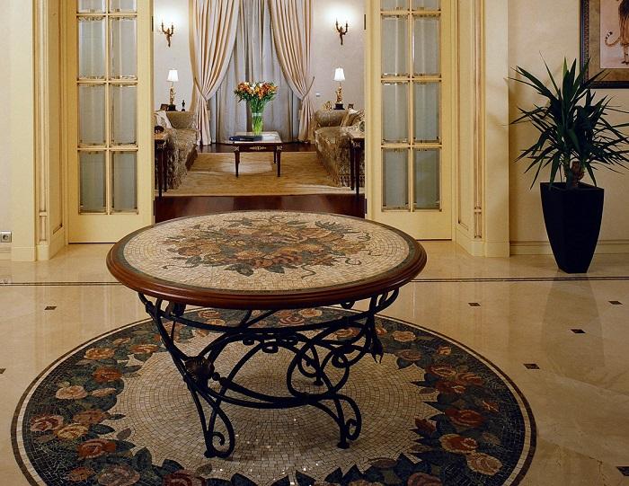 В центре коридора можно поставить столик для почты и мелочей. / Фото: freelance.ru