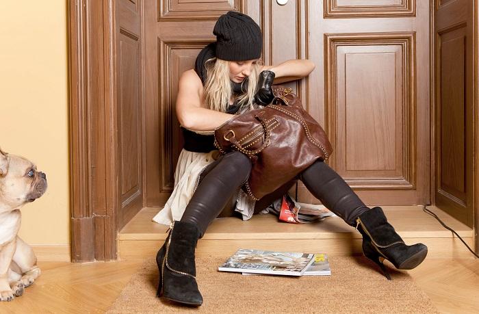 Девушка потеряла ключи в сумке. / Фото: turbolock.ru