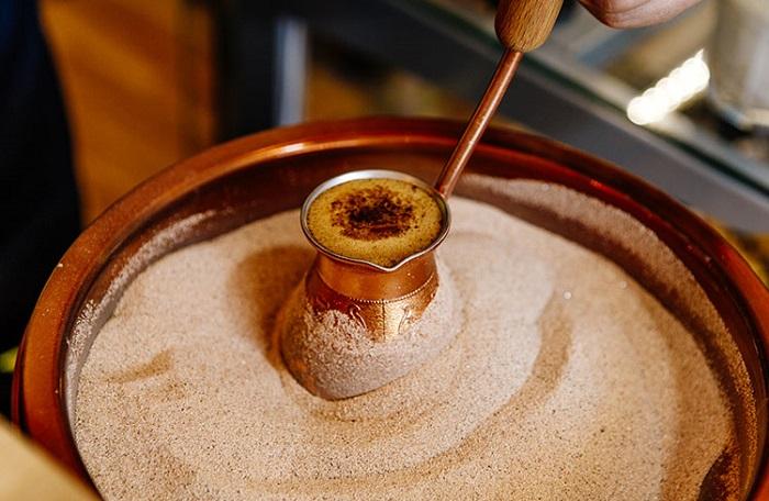 Для приготовления турецкого кофе используется песок. / Фото: voyagetransfers.com