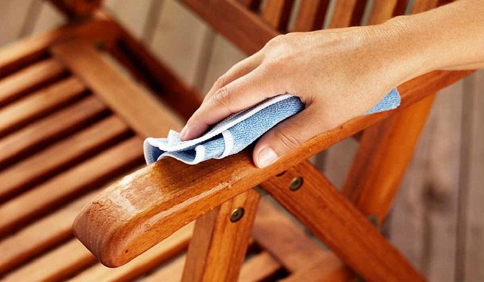 За деревянной мебелью нужен тщательный уход. / Фото: cookit.guru