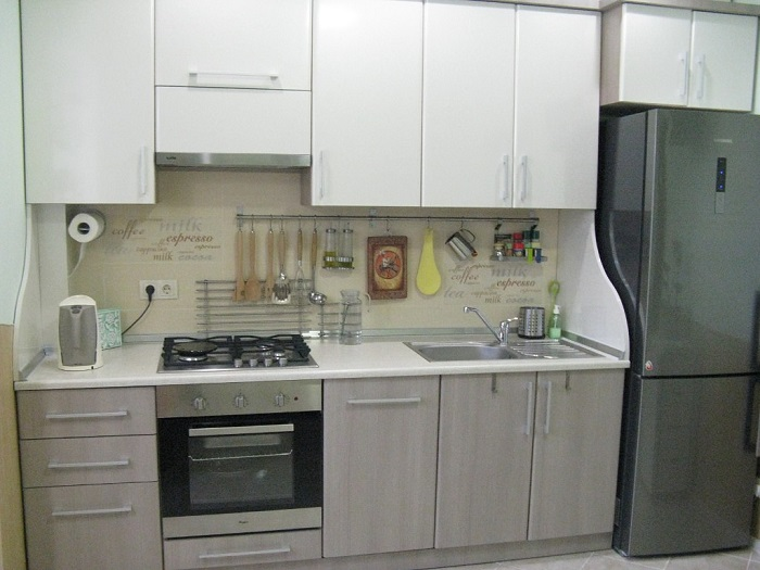 Столешница должна быть максимально функциональной, чтобы вам удобно было работать на кухне. / Фото: ukuhnya.com