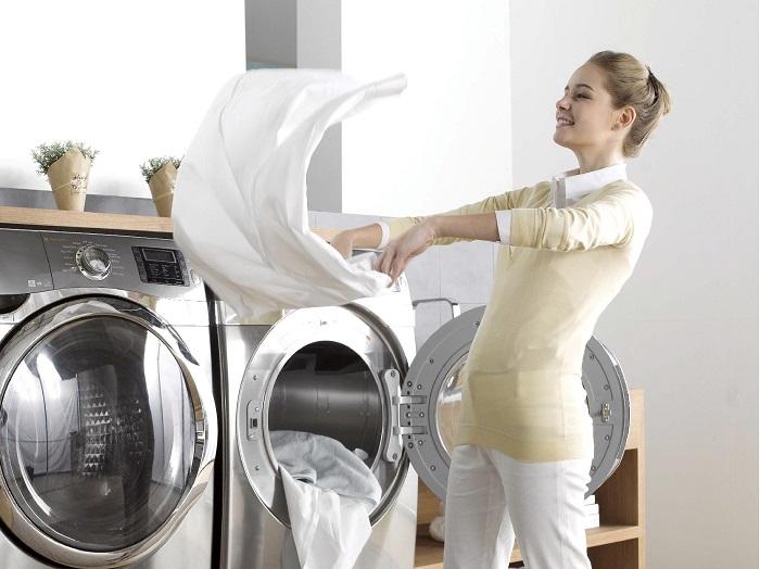 После стирки нужно встряхивать белье и одежду. / Фото: unmomento.com.ua
