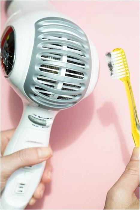 Регулярно чистите фен зубной щеткой, чтобы он не сломался. / Фото: uroki57.ru