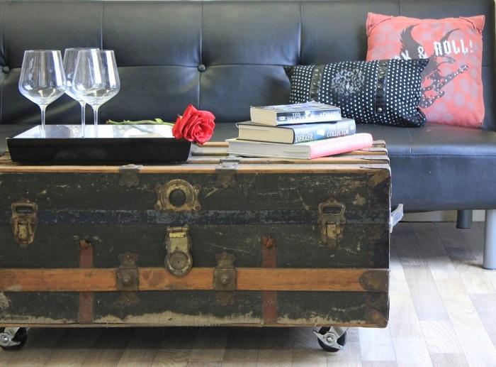В качестве столика лучше использовать винтажный чемодан. / Фото: uutvdome.ru