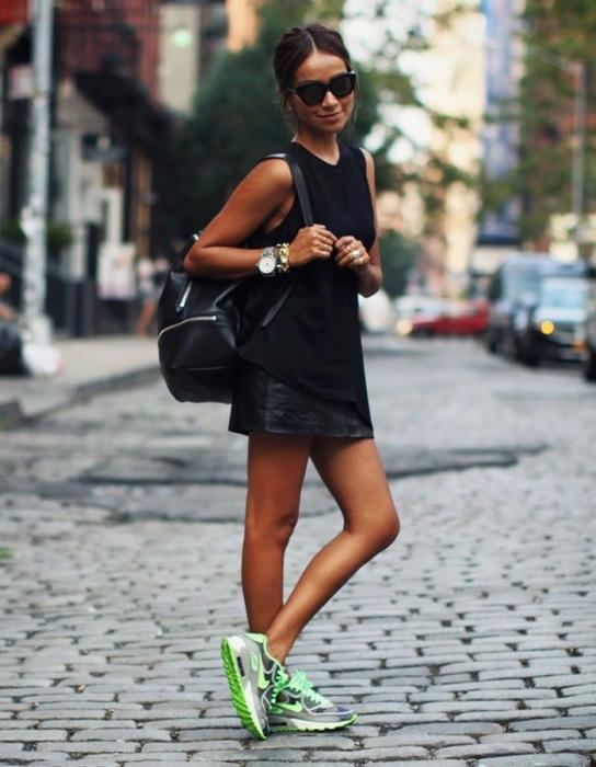 Яркие беговые кроссовки оставьте для тренировок. / Фото: uwomen.ru