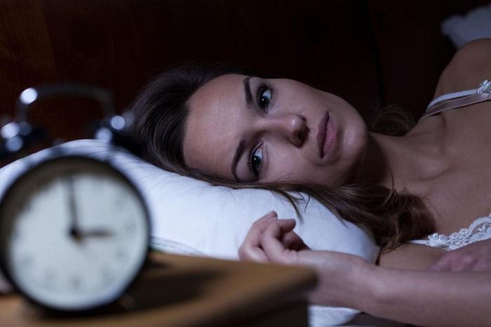 Если не можете заснуть - лежите с открытыми глазами. / Фото: vairos.ru