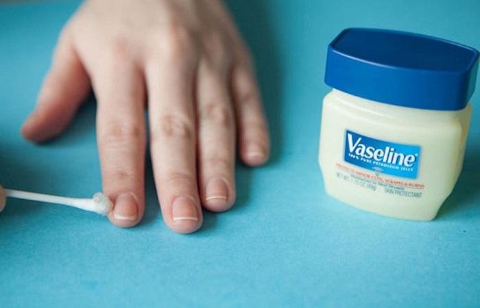 Смажьте вазелином кутикулу. / Фото: kosmetista.ru