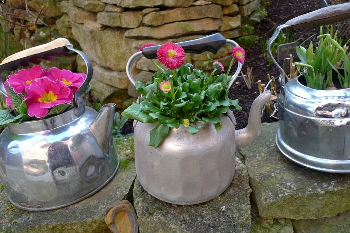 Цветочный горшок можно сделать из чайника. / Фото: vdomax.ru
