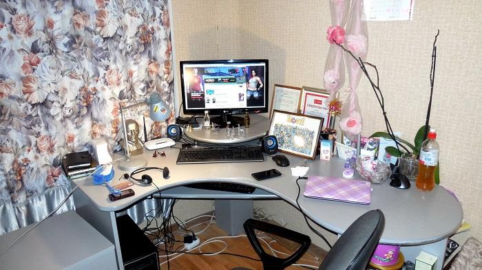 На компьютерном столе много вещей. / Фото: sunhome.ru