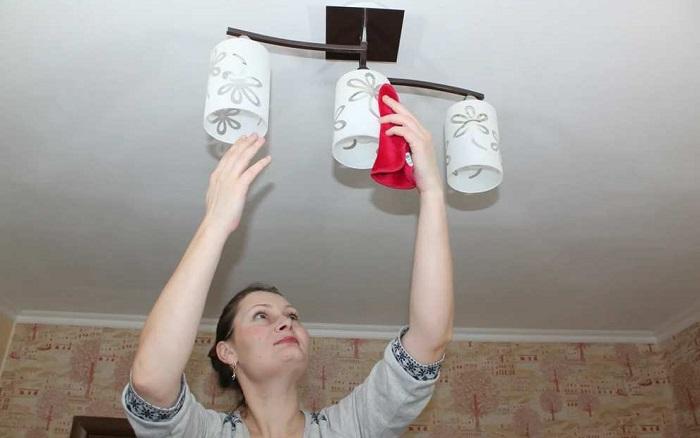 Пыль с плафонов нужно убирать хотя бы раз в месяц. / Фото: stmnsk.ru