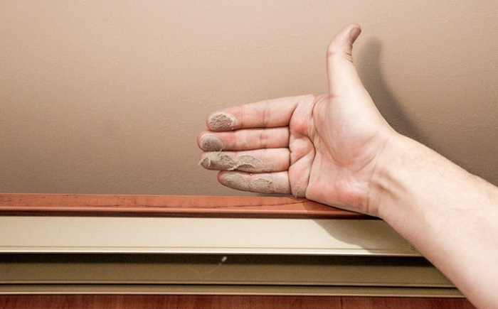 Хозяйки редко убирают пыль на шкафах