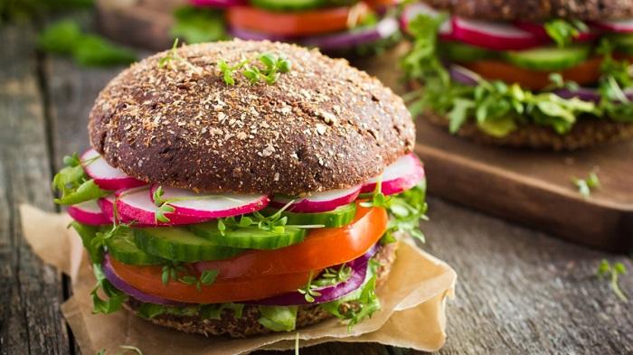 Бургер с овощами и цельнозерновой булочкой. / Фото: veganinireland.com