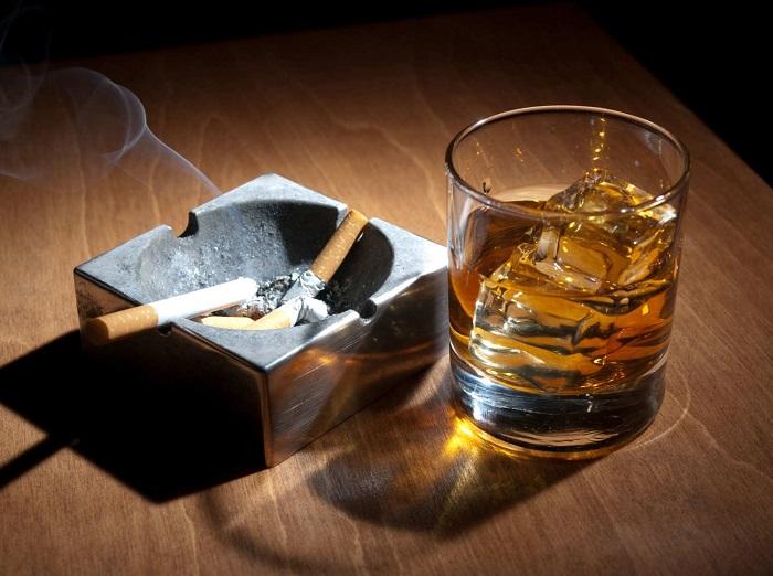 Сигареты и алкоголь не только дорого стоят, но и вредят здоровью. / Фото: versiya.info