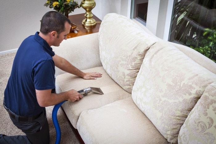 Для чистки мягкой мебели лучше звать профессионалов. / Фото: vinbazar.com