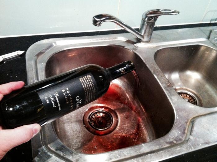 Выливать вино в раковину - значит, портить продукт. / Фото: wine-mag.ru