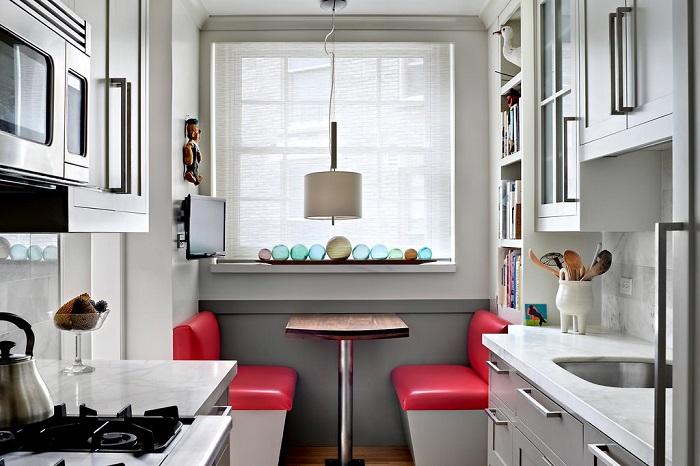 Если разместить стол возле окна, можно будет избежать столкновения с кухонным гарнитуром. / Фото: vip-1gl.ru
