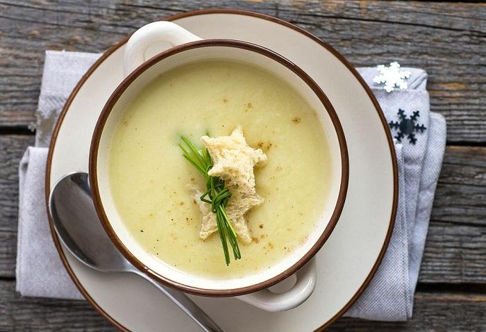 Вишисуаз - луковый суп со сливками, который подают холодным. / Фото: pinterest.ru
