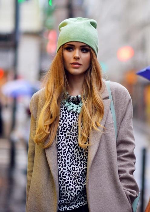Из-за облегающей шапки волосы теряют объем. / Фото: kayture.com