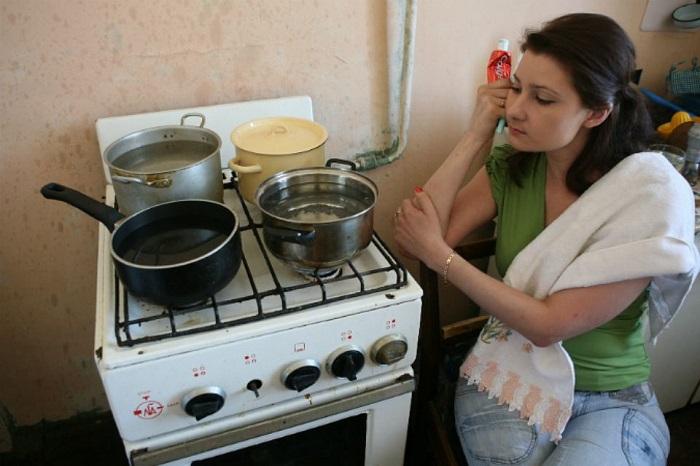Заполните все свободные кастрюли водой и поставьте на газовую плиту. / Фото: vplate.ru