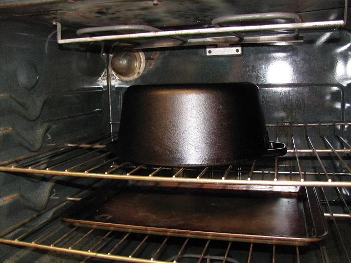 Духовка - не место для хранения кастрюль. / Фото: wonderhowto.com