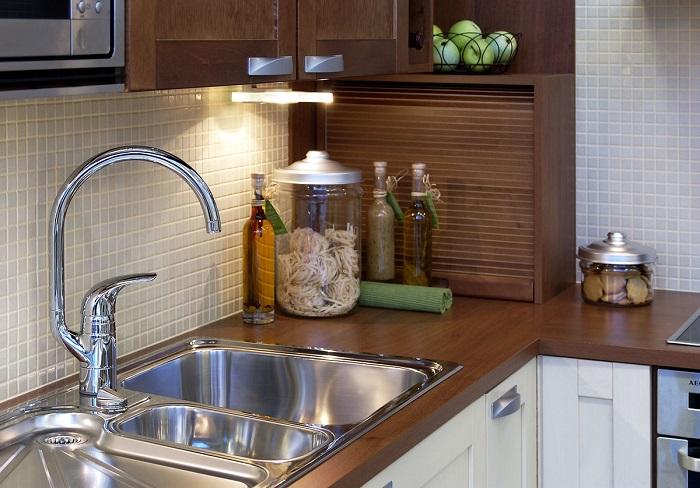 Из-за высокого крана вода разбрызгивается по всей кухне. / Фото: inmyroom.ru