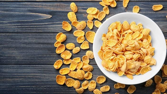 В кукурузных хлопьях много калорий из-за сиропа, в котором их варят. / Фото: wallbox.ru