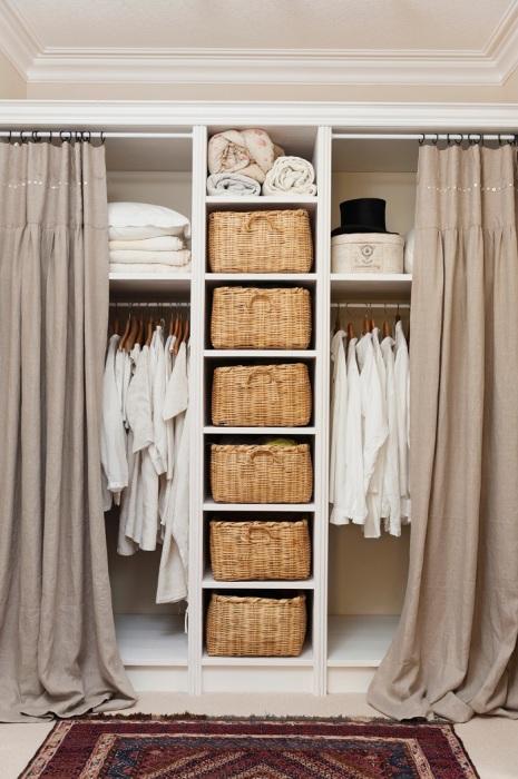 Открытый шкаф можно закрыть шторами. / Фото: westwing.com