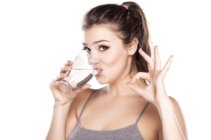 После получения солнечных ожогов, обязательно пейте как можно больше воды. / Фото: woman.ru