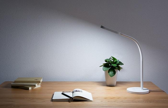 Настольная лампа должна хорошо освещать рабочее место. / Фото: xiaomi.uz
