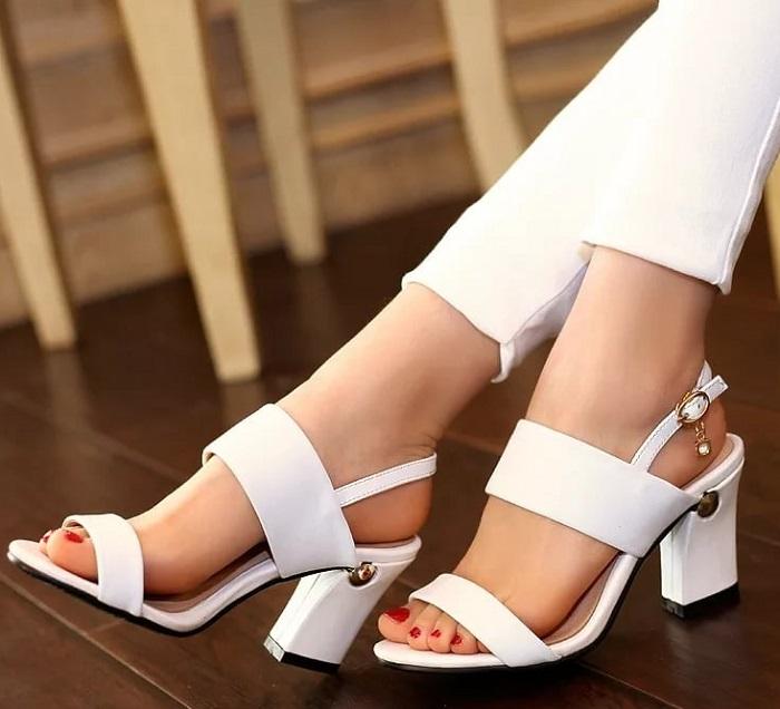 Белая обувь визуально удлиняет ноги. / Фото: glamour.ru